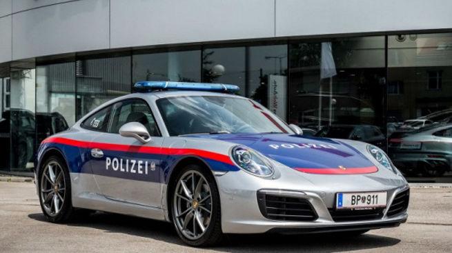 Полицейским «разрешили покататься» за рулем Porsche 911 1