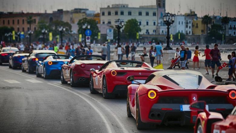 Невероятное зрелище: юбилейный пробег суперкаров Ferrari 2