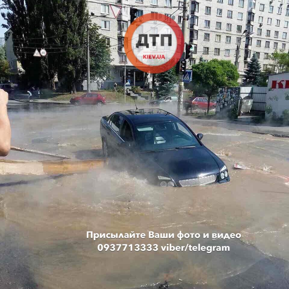 Автомобиль Opel с младенцем внутри, «ушел» в яму с кипятком 1