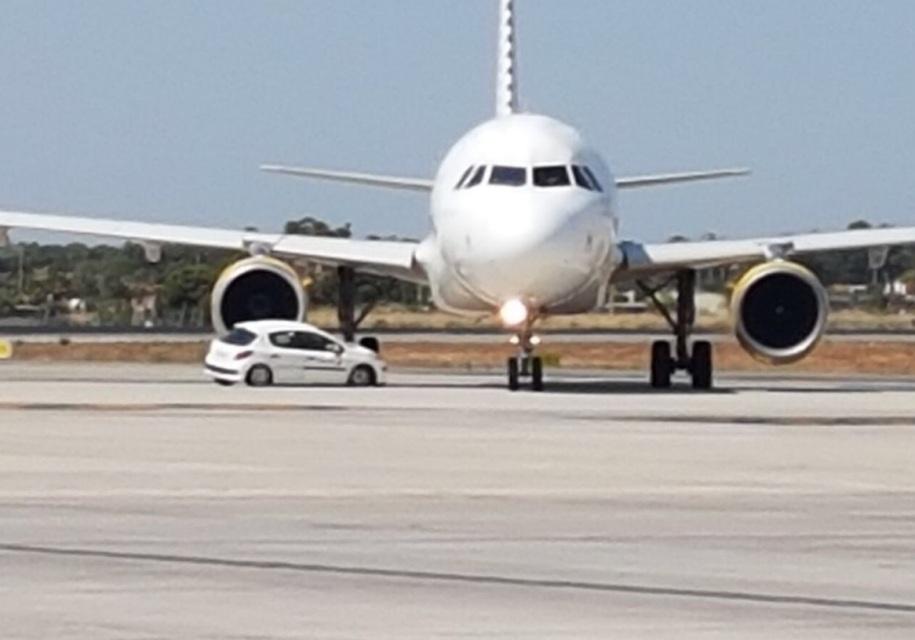 В Испании автомобиль угодил под шасси самолета 1