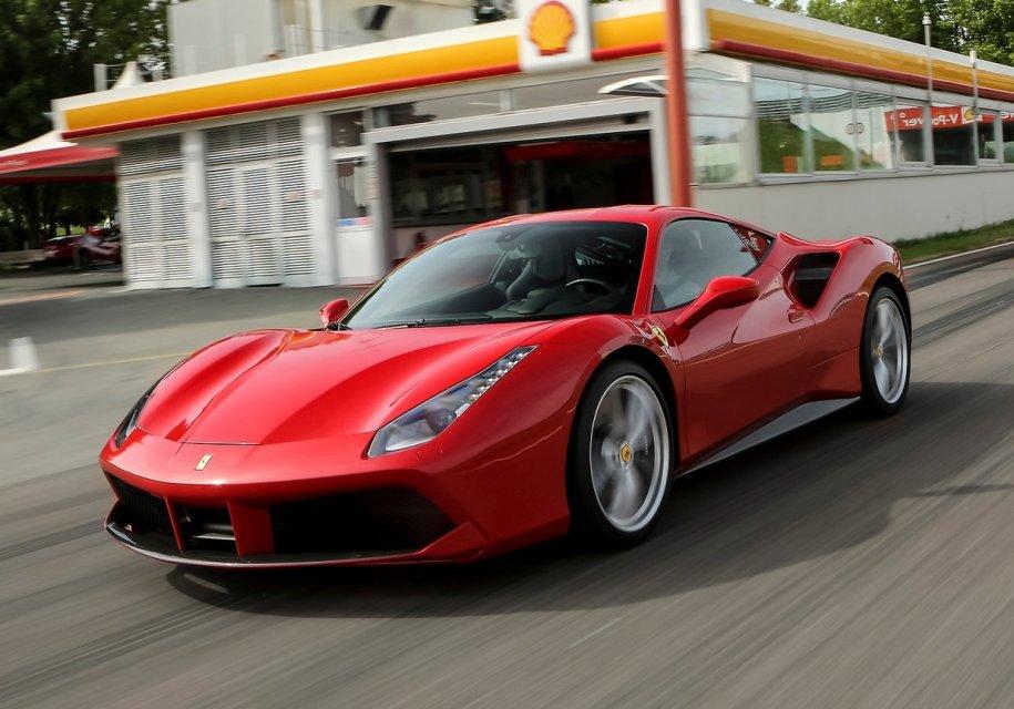 Угонщик Ferrari попался, когда он попрошайничал на бензин 1