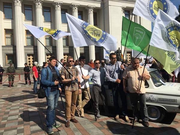 Сотни активистов провели митинг возле ВР «против тарифов на б/у авто» 1
