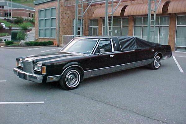 В США выставили на продажу Lincoln с шестом для стриптиза 1