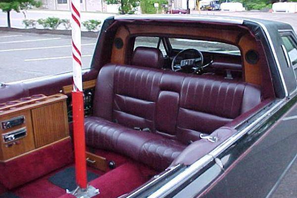 В США выставили на продажу Lincoln с шестом для стриптиза 2