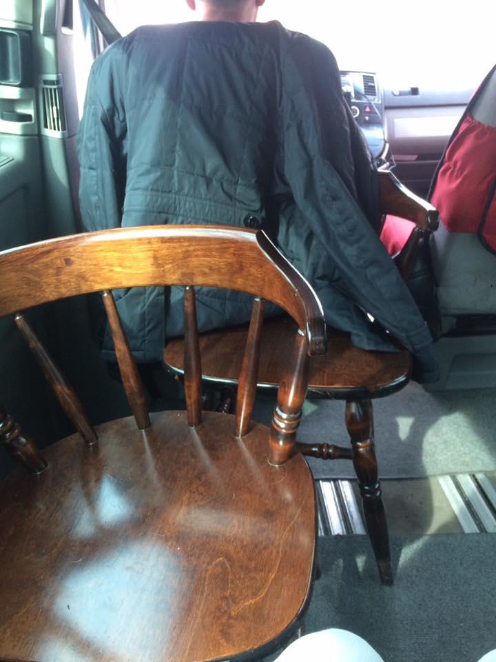 Uber-такси приехал на заказ со стульями вместо сидений 1