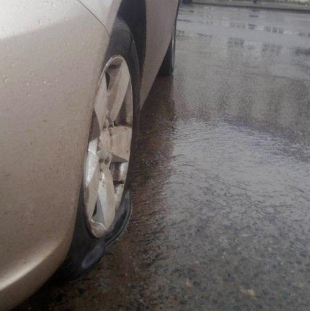Автовладелец, разбивший машину из-за ямы, готов судиться с дорожниками 1
