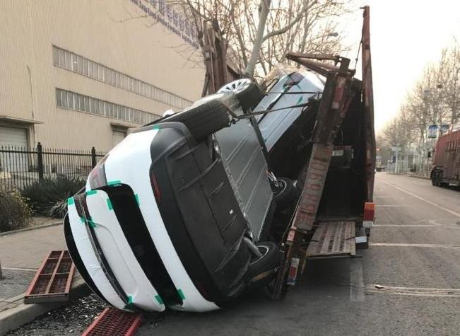 Китайский автовоз развалился под тяжестью новеньких Tesla 2