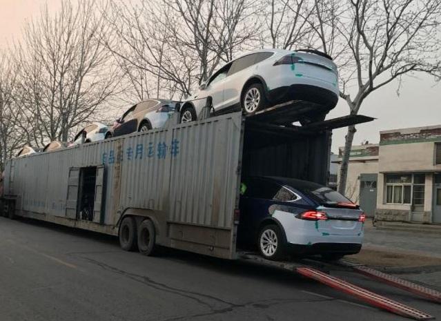 Китайский автовоз развалился под тяжестью новеньких Tesla 1