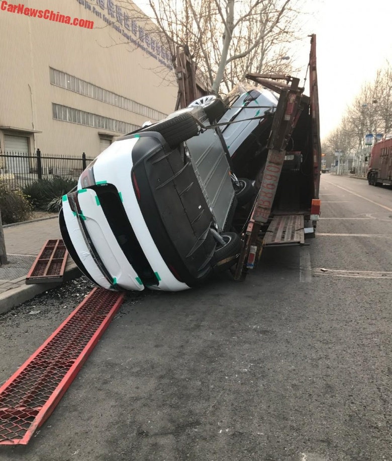 Во время погрузки китайцы «угробили» два электрокара Tesla 2