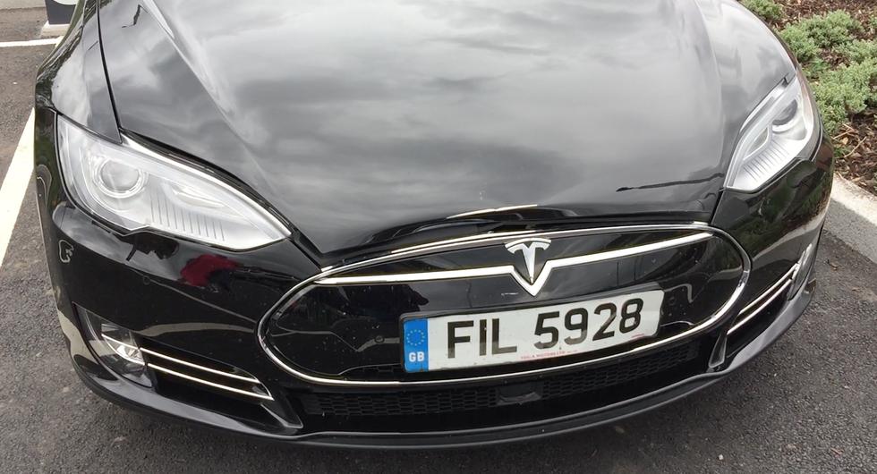 Электромобиль Tesla загорелся после ремонта 1
