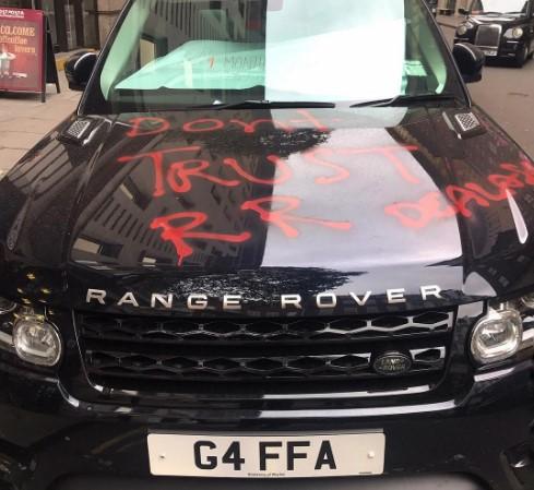 Британский водитель бросил на улице разукрашенный Range Rover в знак протеста 1