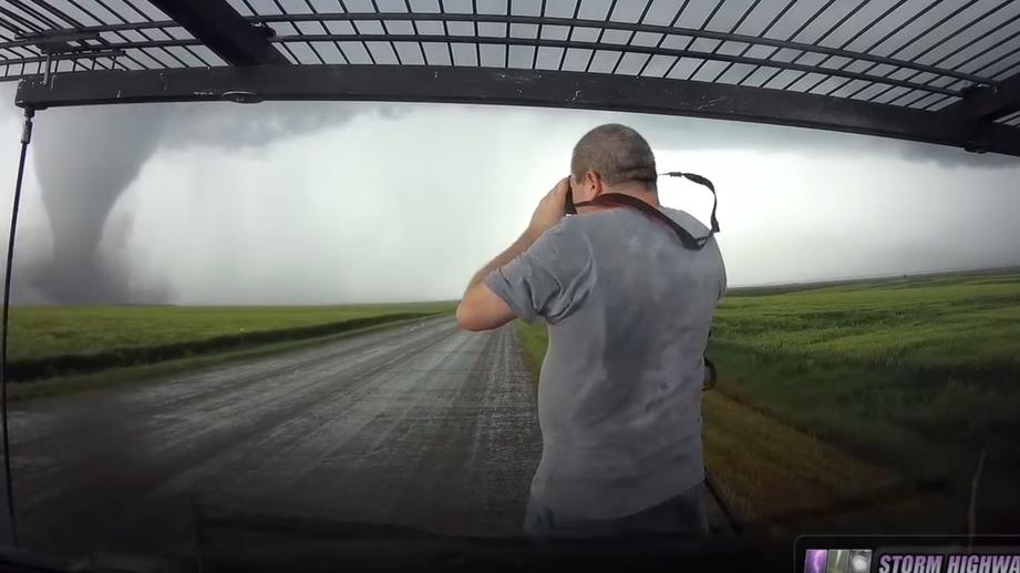 Автомобили «охотников за ураганами помял шторм» 1