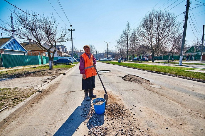 Украинская пенсионерка сама взялась за ремонт трассы 1