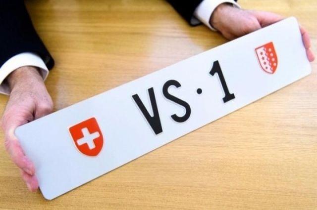 Владелец приобрел «самый дорогой в стране» автомобильный номерной знак 1