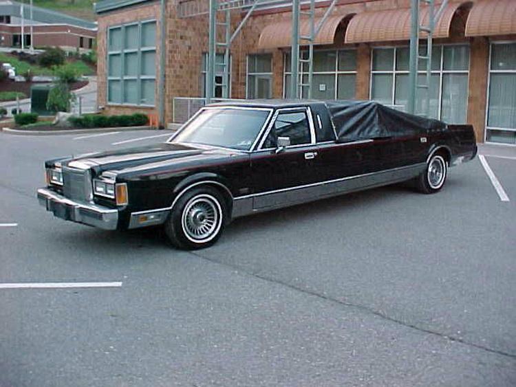 Lincoln Town Car с встроенным шестом для танцев оценили в $15 тыс 1