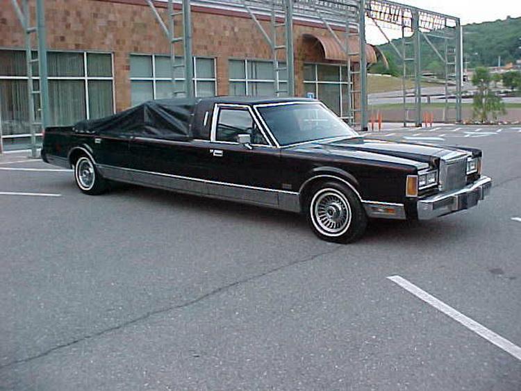 Lincoln Town Car с встроенным шестом для танцев оценили в $15 тыс 2