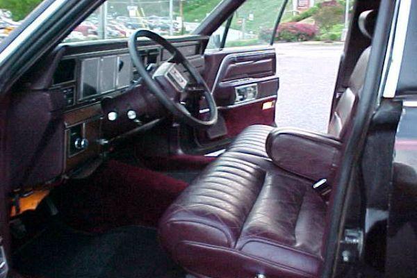 В США выставили на продажу Lincoln с шестом для стриптиза 3