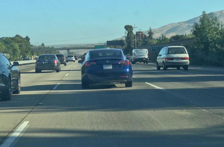 Модель Tesla, которой еще нет в продаже, прокатилась по дорогам США 2