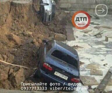 Во время шторма в Украине автомобили «рухнули под землю» 2
