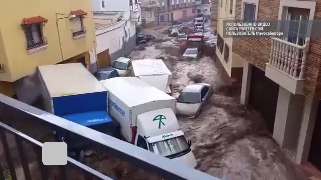 В Стамбуле из-за ливня дороги «ушли под воду» 1