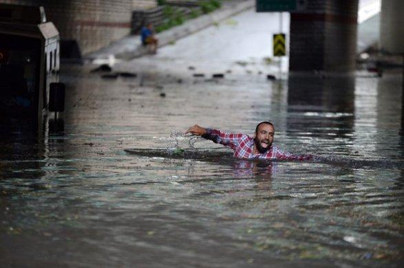 В Стамбуле из-за ливня дороги «ушли под воду» 3