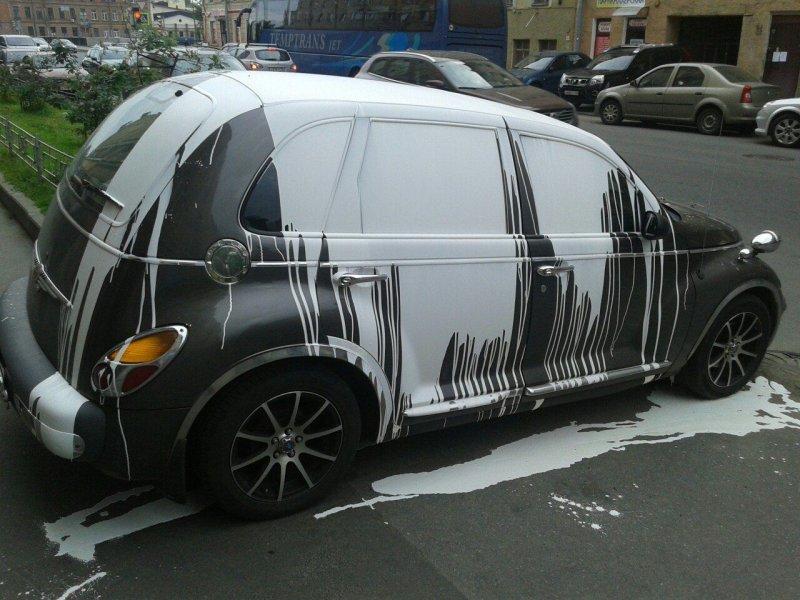 Неправильно припаркованный Chrysler стал «объектом стрит-арта» 1