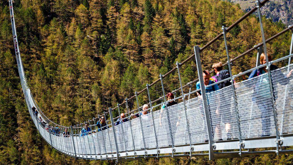 «Пешеходам на радость»: в Швейцарии открылся самый длинный подвесной мост 1