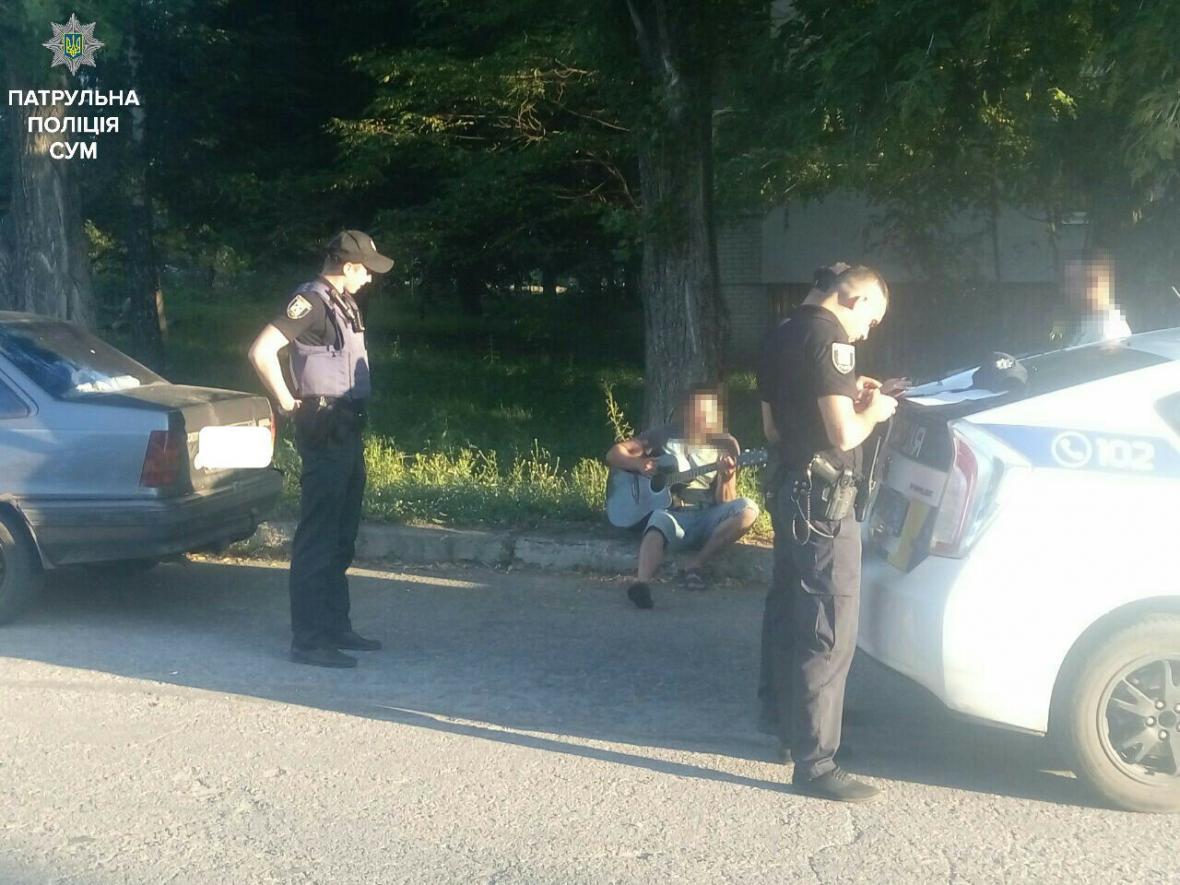 Пьяный водитель играл на гитаре пока полицейские составляли протокол 1