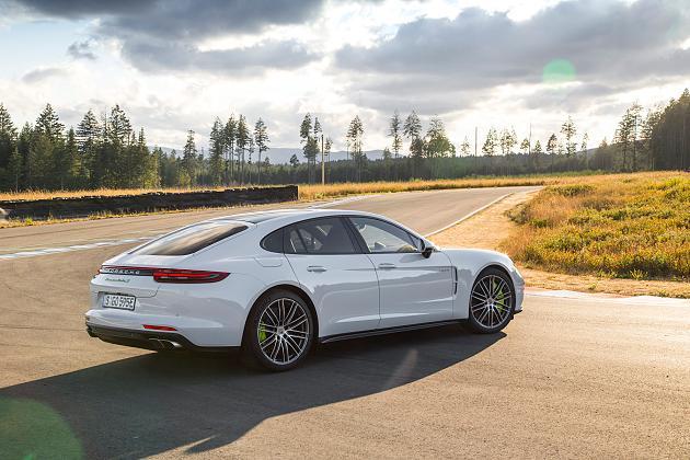 В Porsche презентовали Panamera Turbo S, «надеясь заткнуть за пояс Tesla» 3