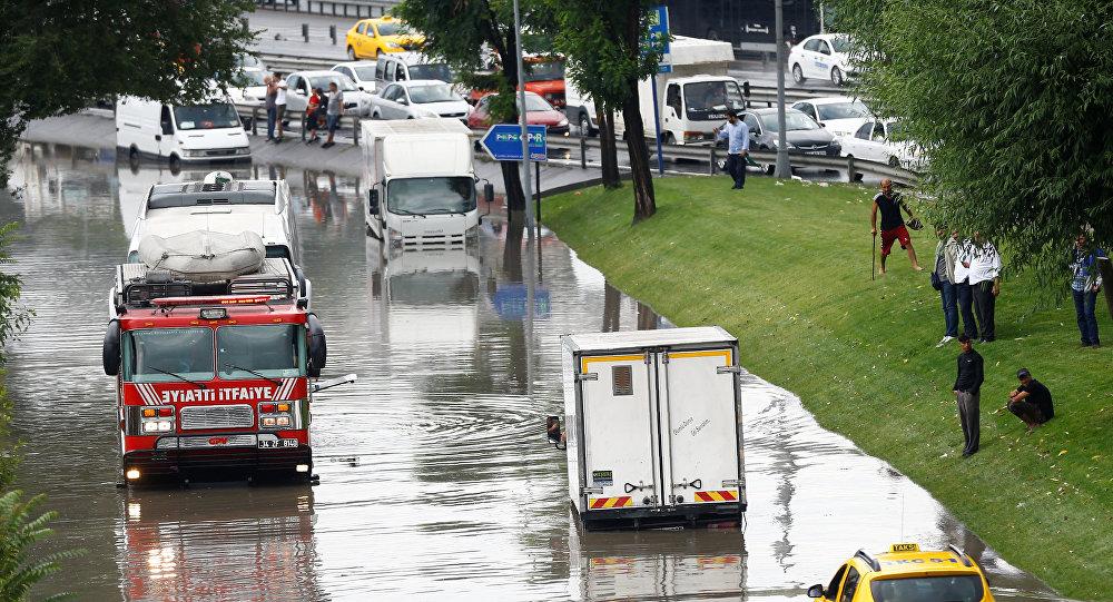В Стамбуле из-за ливня дороги «ушли под воду» 4