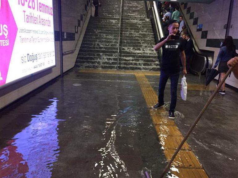 В Стамбуле из-за ливня дороги «ушли под воду» 2