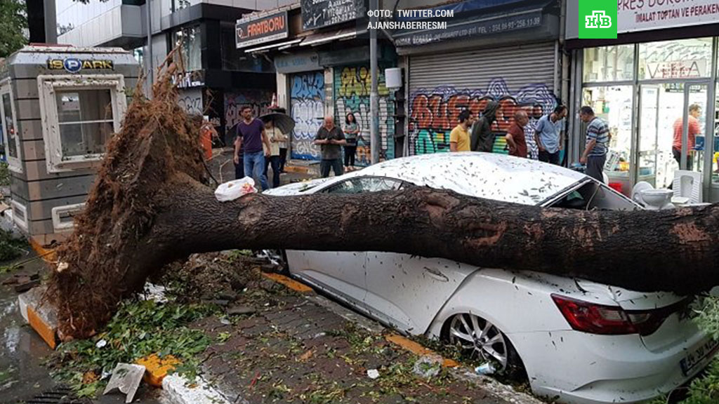 В Стамбуле из-за ливня дороги «ушли под воду» 6