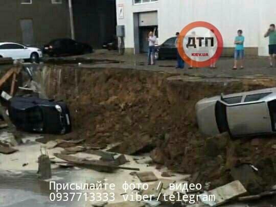 Во время шторма в Украине автомобили «рухнули под землю» 1