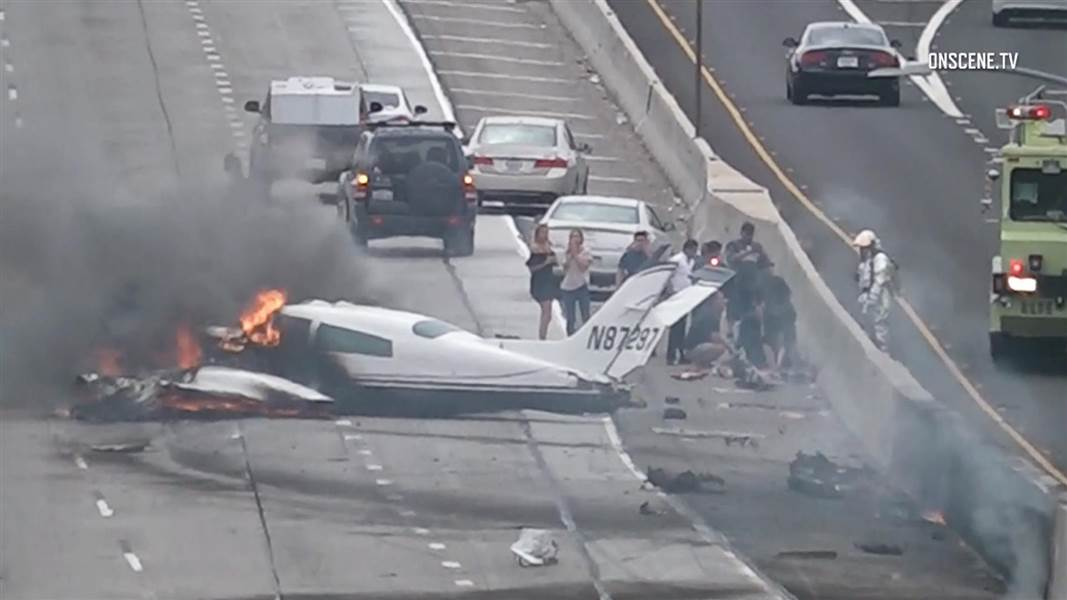В США самолет упал прямо на автомагистраль 1