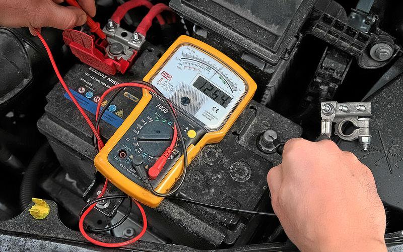 Как проверить автомобильный аккумулятор вольтметром 3