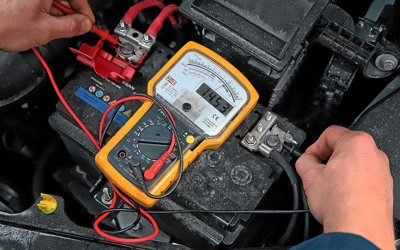 Как проверить автомобильный аккумулятор вольтметром 4