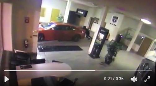 Угонщики вытолкали Dodge из дилерского центра руками 1