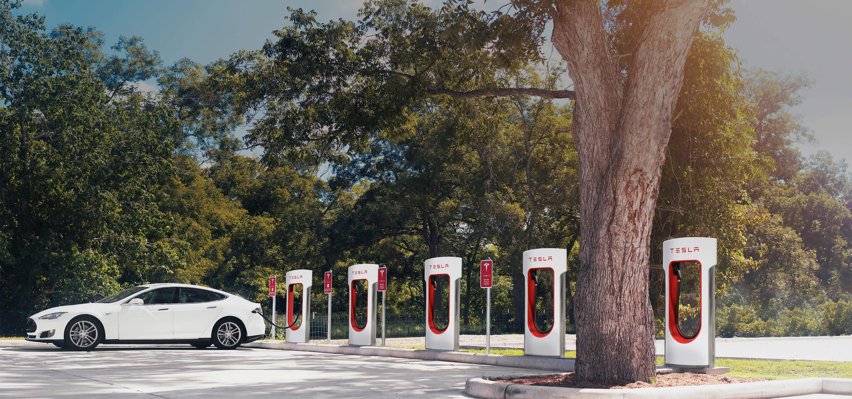 Tesla назвала стоимость зарядки на станциях Supercharger 1