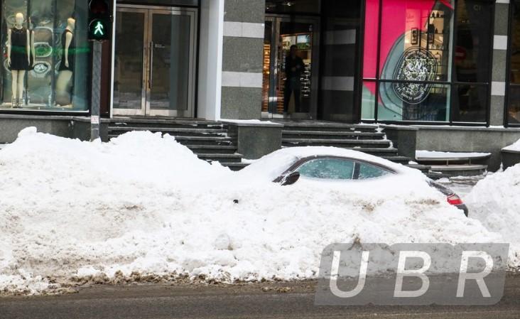 Коммунальщики забросали снегом элитный Porsche 2