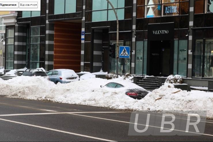 Коммунальщики забросали снегом элитный Porsche 3