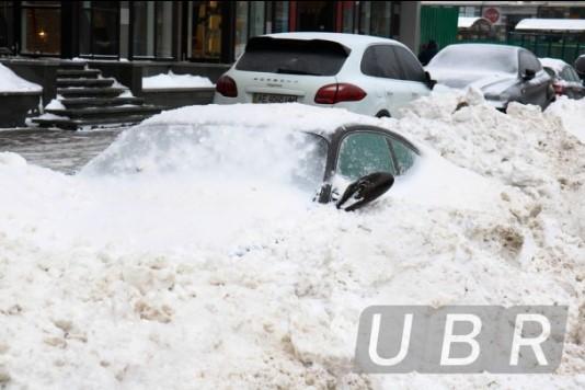 Коммунальщики забросали снегом элитный Porsche 1