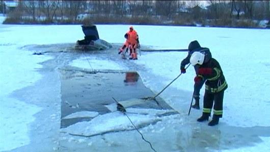 Украинские водители рискуют, выезжая на замерзшие реки 2