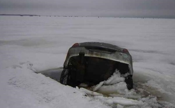 Украинские водители рискуют, выезжая на замерзшие реки 1