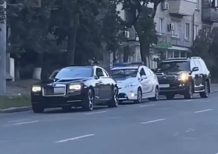Киевские полицейские остановили крутой кортеж 1