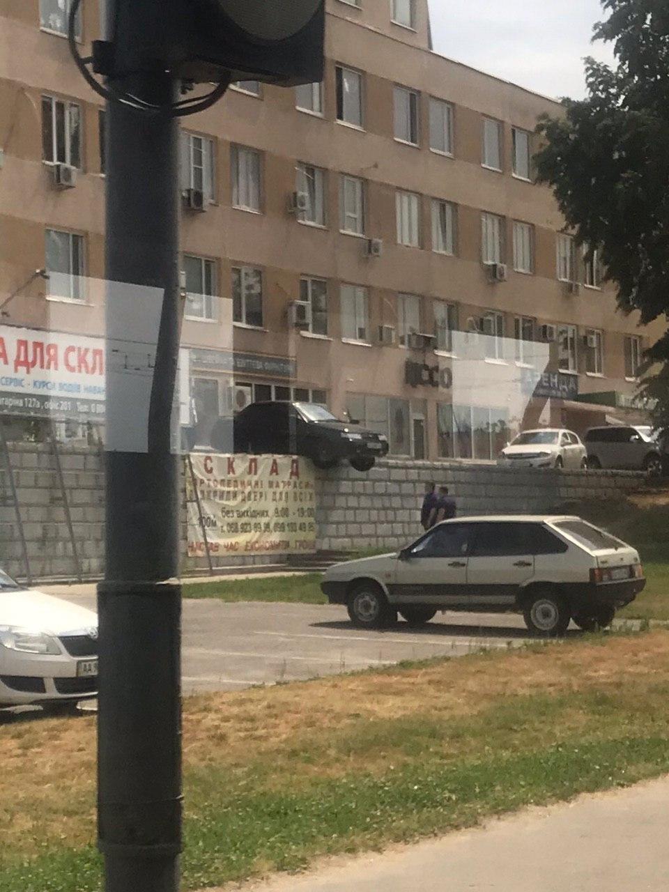 Украинец прославился благодаря своей нелепой «парковке» 1