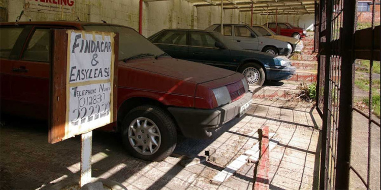 В брошенном автосалоне обнаружили два десятка машин 1