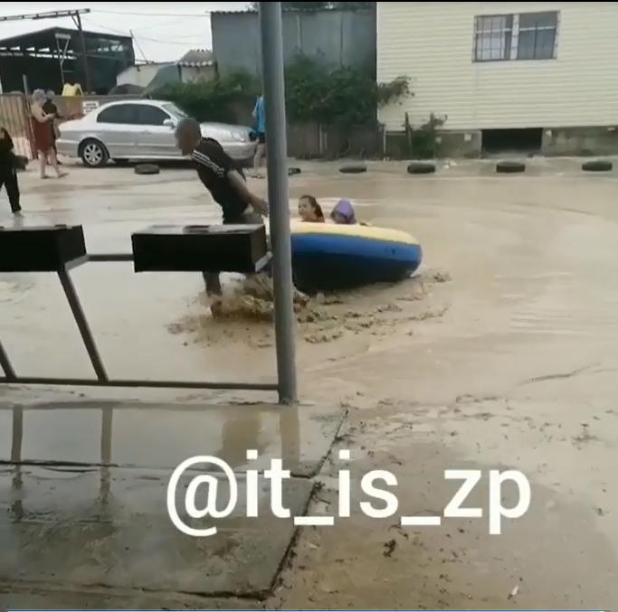 В Кирилловке устроили водные аттракционы прямо на дороге 2