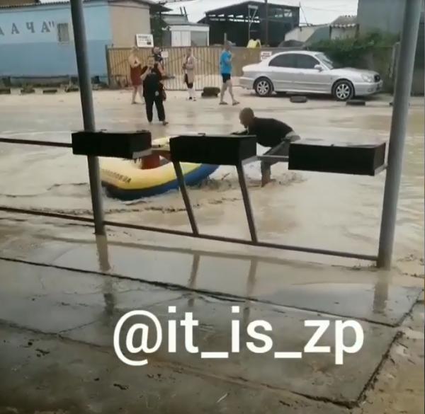 В Кирилловке устроили водные аттракционы прямо на дороге 1
