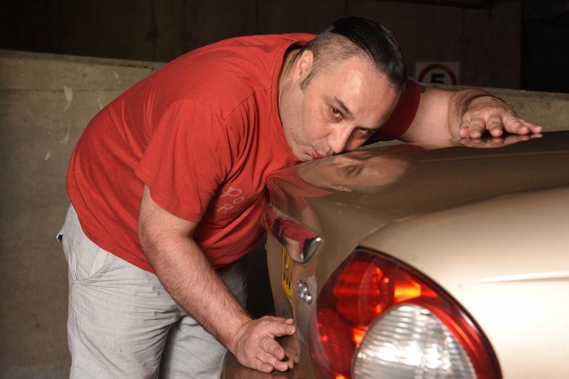 Житель Великобритании показал, насколько сильно он любит свое авто 1