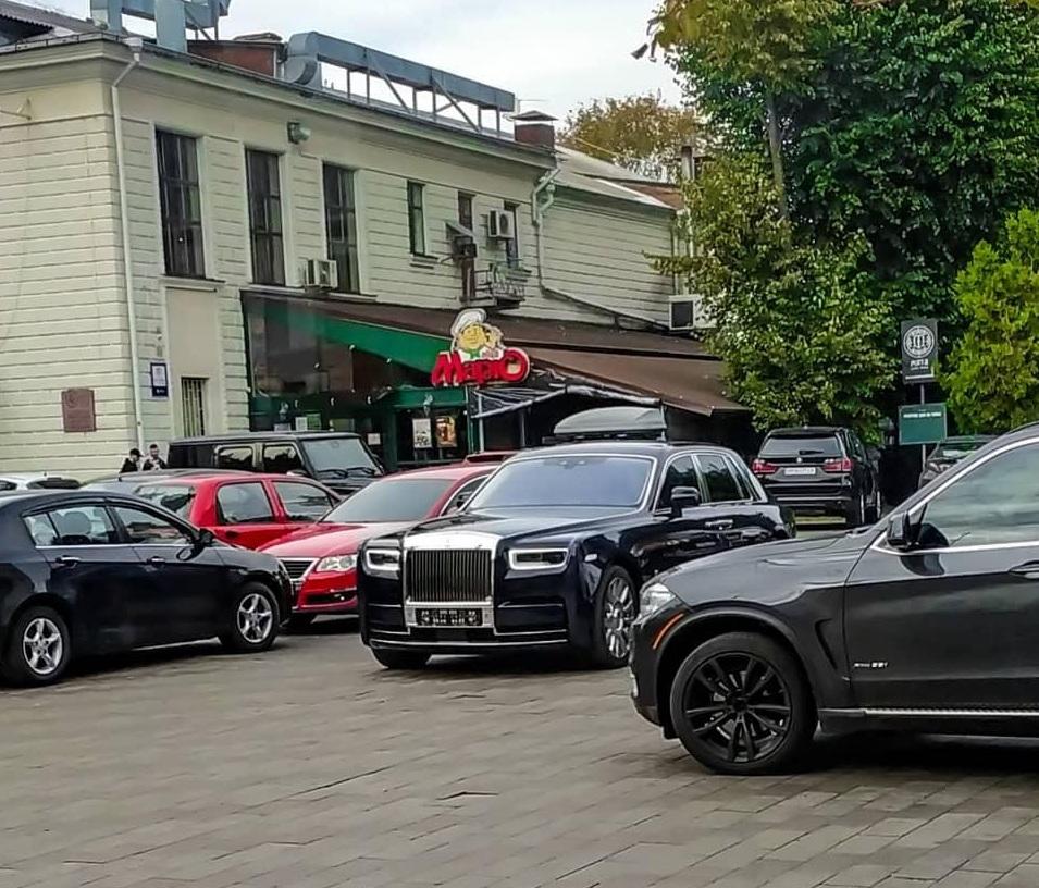 В Украине заметили роскошный автомобиль почти за 20 миллионов 1